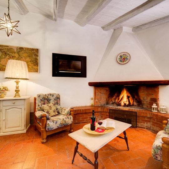 http://www.villalasciolta.it/wp-content/uploads/2016/12/la-sciolta-historic-villa-cottage-querce-gambassi-terme-florence-tuscany12-540x540.jpg